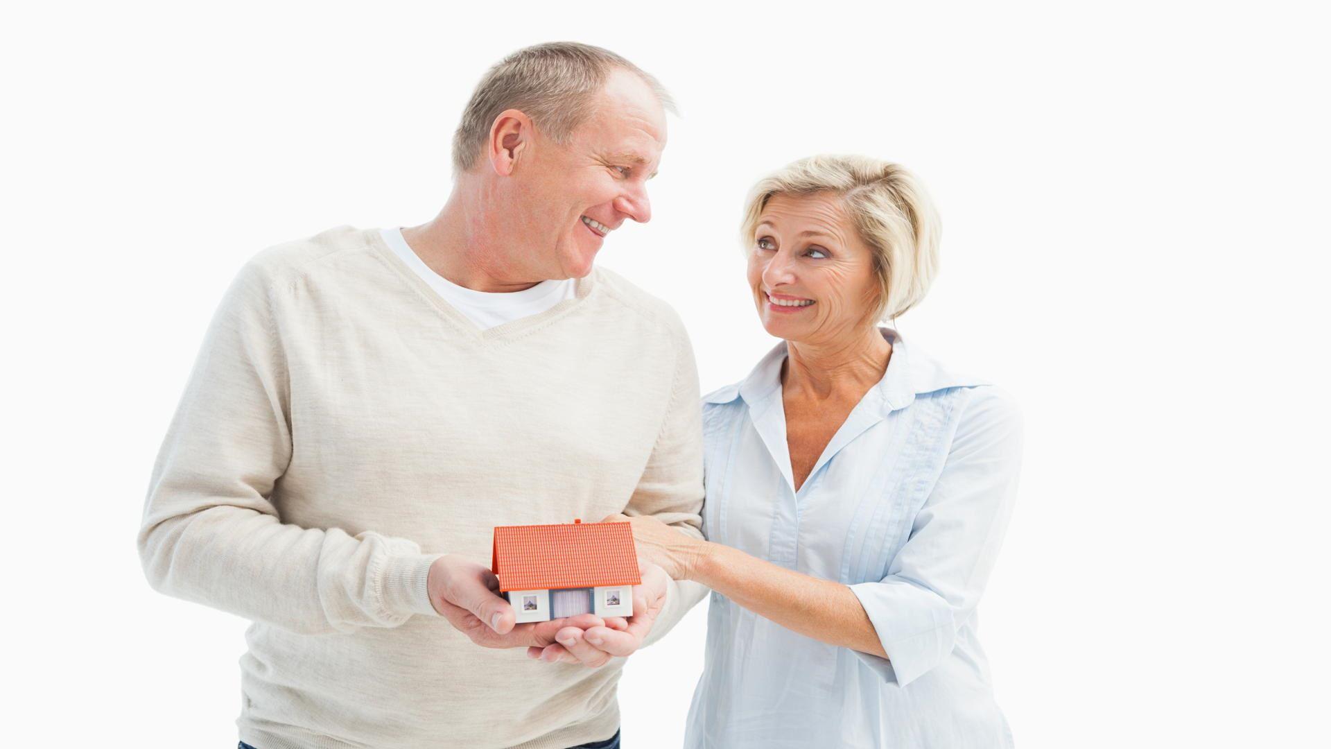 2 מבוגרים שמחים לאחר שלקחו משכנתא לגיל הזהב